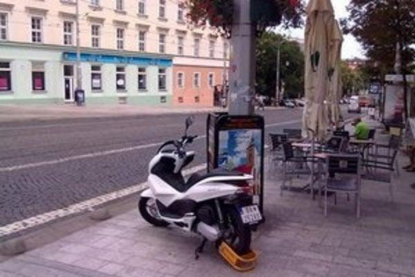 Parkovacie miesta pre motorky neexistujú, papuče však dostávajú.