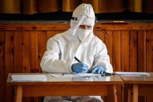 Administratívny pracovník počas plošného testovania v obci Poriadie (okres Myjava).