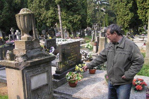 Správca cintorínov v Zlatých Moravciach Marián Tomajko (na snímke) tvrdí, že žena by pri troche ústretovosti vzala aj náhradné miesto.
