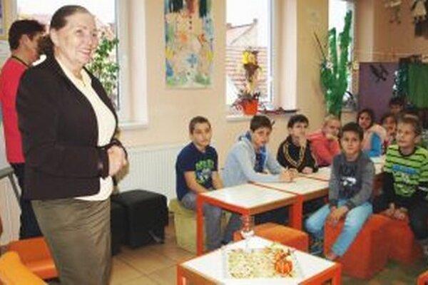 Drahomíra Pechočiaková s deťmi v knižnici.