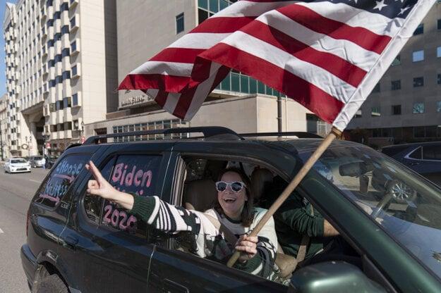 Podporovatelia demokratického kandidáta Joea Bidena, ktorý sa stal víťazom amerických prezidentských volieb, oslavujú jeho triumf v meste Lansing, americký štát Michigan.