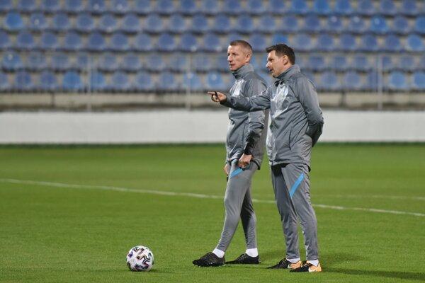 Tréner Štefan Tarkovič (vpravo) v debate so svojím asistentom Marekom Mintálom.