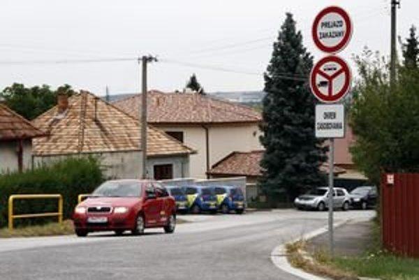 """Cez Bohúňovu ulicu je prejazd zakázaný. Obyvatelia Chrenovej hovoria, že je táto ulica privilegovaná. """"Ak by sa sťažovali obyvatelia iných, frekventovanejších ulíc, bolo by aj im vyhovené?"""" pýtajú sa Chrenovčania."""