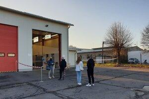 Pár ľudí čakalo na testovanie v areáli hasičskej stanice v Žiari nad Hronom už pred otvorením odberového miesta.