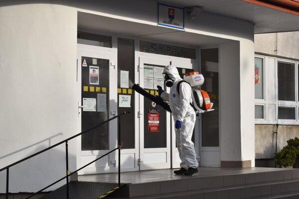 O dezinfekciu odberných miest sa počas a po testovaní postarali pracovníci Správy rekreačných a športových zariadení a technických služieb.