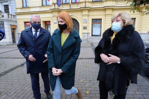 Ján Lunter, predseda BBSK, Denisa Nincová, riaditeľka odboru zdravotníctva Úradu BBSK a Božena Kováčová, predsedníčka komisie zdravotníctva.