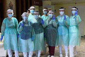 Zamestnanci geriatrie zvládajú každodenný boj s nebezpečným ochorením.