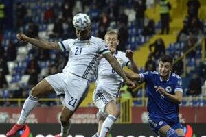 Josh Magennis hlavičkuje v barážovom zápase proti Bosne a Hercegovine.