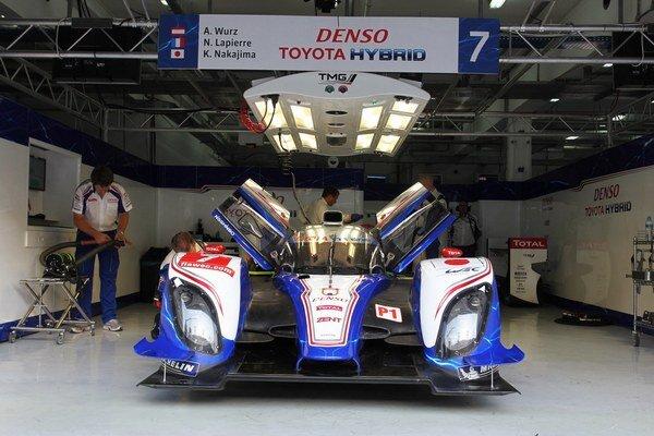 Za volantom hybridu Toyota TS030 sa vystriedajú Kazuki Nakadžima, Alex Wurzom a Nicolas Lapierr.