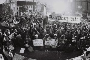 Rok po Nežnej revolúcii 17. 11. 1990 sa slova ujala vulgarita, rev a agresia.