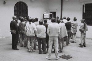 Prvé slobodné voľby po desaťročiach totality pritiahli k urnám až 95 percent voličov, ich výsledky sledujú v centrále VPN.