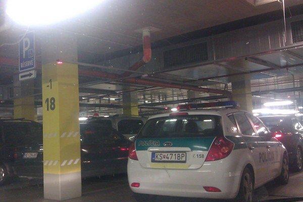 Policajti zaparkovali na vyhradenom mieste pre zdravotne postihnutých.