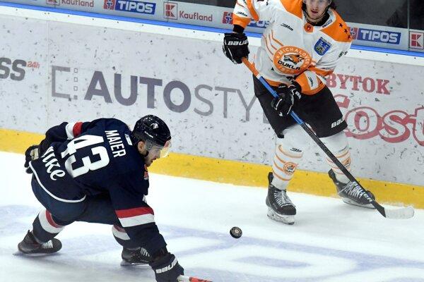 Patrik Maier v obrannom zákroku proti jednému z hráčov Michaloviec.