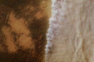 Záber z roku 2018 ukazuje prašné mračno, ktoré postupne zahaľuje povrch. O mesiac neskôr zahalil prach celú planétu.