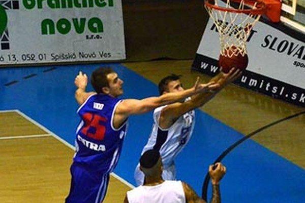 Doskakuje Roman Vido (v modrom).