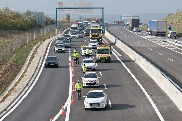 Takto čakali prvé vozidlá na otvorenie rýchlostnej komunikácie R1 medzi Nitrou a Tekovskými Nemcami. Bolo to v piatok 28. októbra 2011.