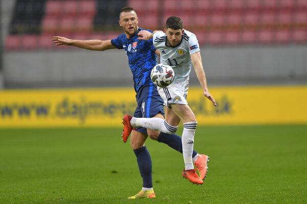 Milan Škriniar (vľavo) v zápase Slovensko - Škótsko, Liga národov 2020/2021.