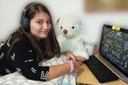Anabela si online vyučovanie užíva.