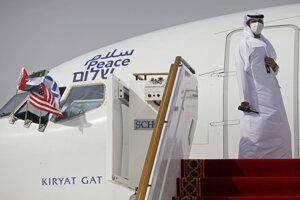 Na archívnej snímke z 31. augusta 2020 muž stojí pred dverami lietadla izraelskej leteckej spoločnosti El Al ppo pristátí na letisku v Abú Zabí. Prvý komerčný let do Izraela, ktorý vypravil dopravca zo Spojených Arabských Emirátov (SAE), pristál v pondelok 19. októbra 2020 na letisku neďaleko Tel Avivu.