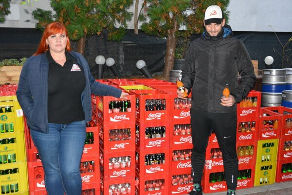 Majitelia Tomáš Adamik a Hana Herdová pri prepravkách s nealko nápojmi. Kvôli zatvorenej prevádzke im na takmer väčšine nápojov vypršal dátum spotreby.