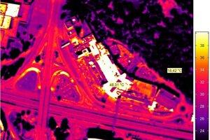 Letecké termovízne snímkovanie nad Auparkom. Medzi teplotou strechy nákupného centra a neďalekých vrcholkov stromov v Sade Janka Kráľa je rozdiel asi 30 stupňov Celzia.