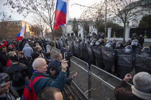 Demonštranti a policajti počas protivládneho protestu pred Úradom vlády.