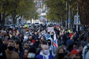Účastníci prichádzajú z Hlavnej stanice v Bratislave na protest proti vláde.