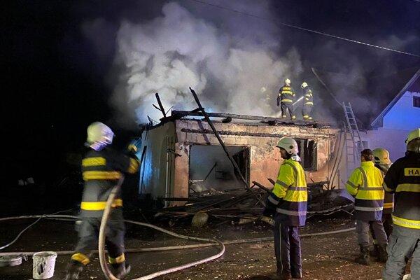 V sobotu 14. 11. večer rodinný dom v Dúbrave zachvátili plamene. Čo nezničil požiar, to poznačila voda.