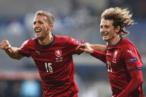 Tomáš Souček (vľavo) a Alex Král sa radujú po góle na 1:0.