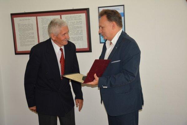 Milan Turek (vľavo) s rektorom PU Petrom Kónyom.