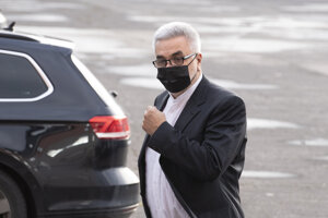 Na snímke Štefan Ágh, obžalovaný v kauze televíznych zmeniek prichádza na pojednávanie na Špecializovaný trestný súd 20. novembra 2020 v Pezinku.