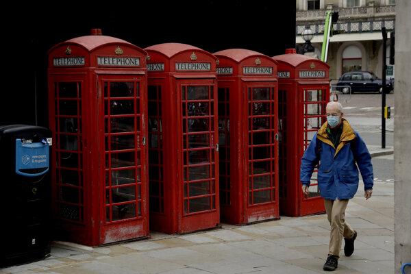 Osamelý chodec v Londýne počas lockdownu.