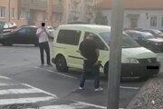 Muža si natáčali odzadu aj spredu. Ani to mu nezabránilo vymočiť sa na verejnosti. Svedkovia polícii nepomohli.