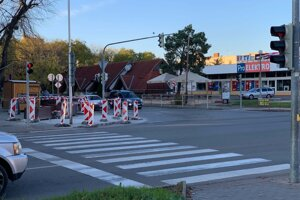 V Komárne finišujú s prácami na obnove súvislých úsekov chodníkov.