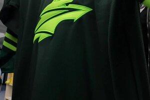 Dresu kraľuje silno zelená farba s novým logom uprostred.