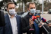 Premiér Matovič (OĽaNO) a vľavo minister zdravotníctva Marek Krajčí (OĽaNO) prichádzajú na zasadnutie Ústredného krízového štábu.