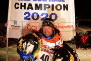 Thomas Waerner a jeho psy po víťazstve na pretekoch v Iditarod 2020.