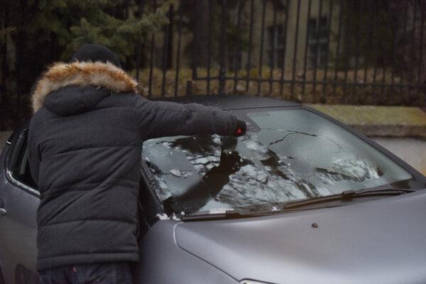 Námraza na čelnom skle auta.