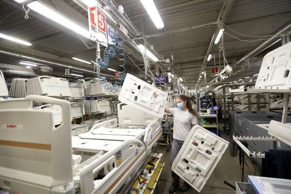 Na snímke zamestnankyňa montuje nemocničnú posteľ e v závode spoločnosti Linet, 19. októbra 2020 v českom meste Slaný.