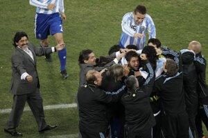 Radosť argentínskej reprezentácie, vľavo tréner Diego Maradona, po víťazstve 3:1 nad Mexikom v osemfinále majstrovstiev sveta vo futbale 27. júna 2010 v Johannesburgu.