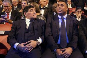 Argentínska futbalová legenda Diego Maradona a brazílska futbalová legenda Ronaldo sedia vedľa seba počas slávnostného udeľovania výročných cien Medzinárodnej futbalovej federácie, tzv. FIFA Awards 23. októbra 2017 v Londýne.