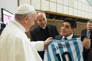 Diego Maradona odovzdáva argentínsky futbalový dres pápežovi Františkovi pred priateľským futbalovým zápasom za mier, ktorý inicioval pápež František s cieľom nadviazania mierového porozumenia a dialógu, 1. septembra 2014 vo Vatikáne.