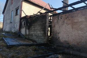 Z hospdárskej budovy ostali už iba murované časti.