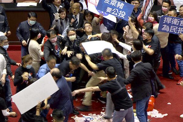 Taiwanskí poslanci sa pobili pre nezhody okolo dovozu mäsa z USA