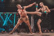 Slovenský MMA zápasník Marco Novák (vpravo) a Čech Tadeáš Růžička v zápase miešaných bojových umení Oktagon Underground v Brne.