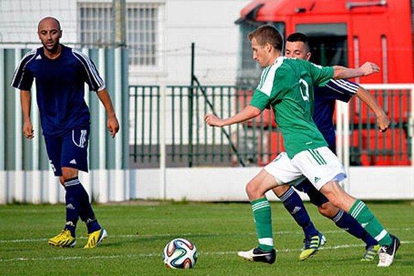 Peter Kuračka (v zelenom) prispel dvoma gólmi k výhre Veľkého Medera nad Piešťanmi.