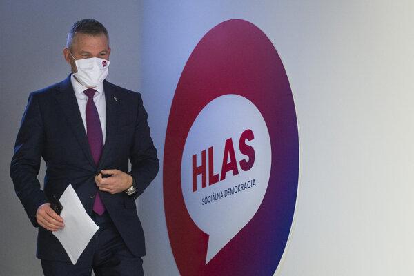 Peter Pellegrini prichádza na tlačovú konferenciu po online sneme strany.