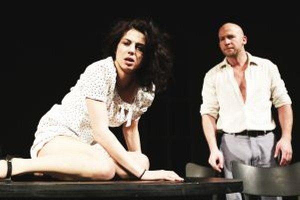 Šancu získať Dosky za najlepší ženský herecký výkon sezóny má aj Kristína Turjanová z DAB. Na snímke ako Johnová s Martinom Nahálkom v hre Potkany.