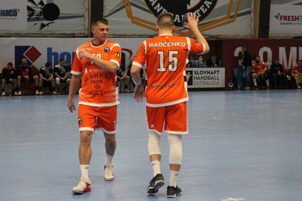 Alexander Radčenko (vľavo) so synom Kirillom počas zápasu Slovnaft handball extraligy medzi Košicami a Topoľčanmi.