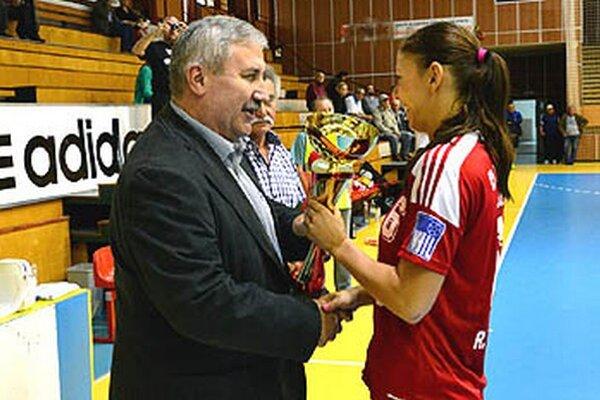 Pohár za prvenstvo prebrala kapitánka Réka Bíziková, zároveň najlepšia strelkyňa turnaja.
